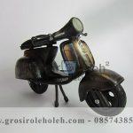 Miniatur Motor Vespa Antik, Unik, Klasik, Artistik Berbahan dari Besi Cor Tembaga dan Kuningan