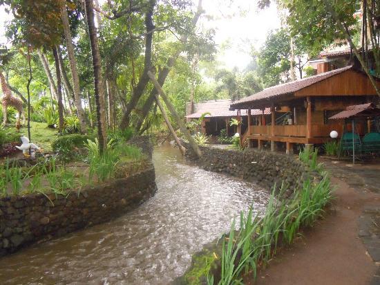 Suasana Nyaman Pinggir Sungai di Pondok Makan Pelem Golek