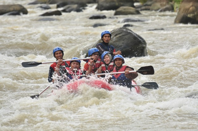Wisata Arung Jeram Sungai Citarik di Jawa Barat