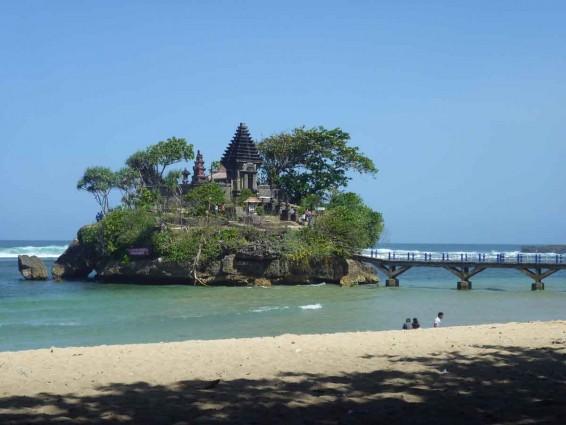 Wisata Pantai Balekambang di Jawa Timur