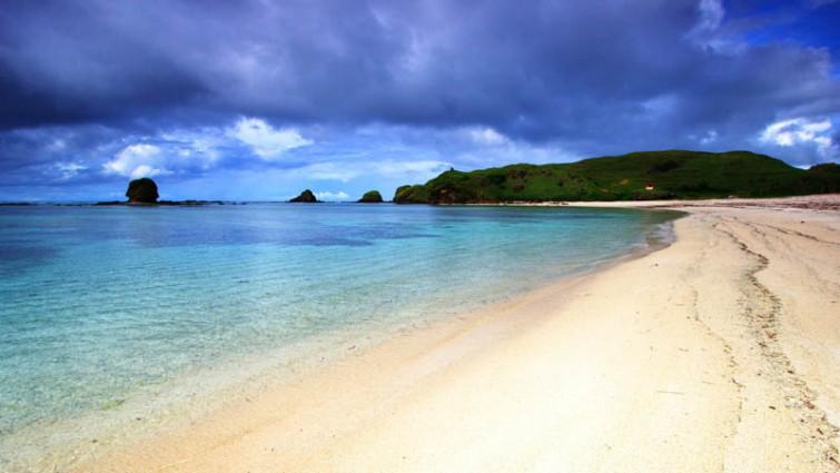 Menikmati Kesejukan Pantai Kuta Lombok
